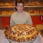Le boulanger fort sympatique nous présente sa brioche a acheter en tranches