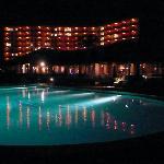 夜のプールとレストラン