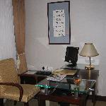 ホテルの部屋のデスクとPC