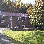 picture of the front of weathertop mountain inn