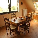 キッチンの机。ここもまた木目の家具でかわいかったです。