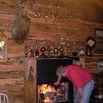 Wohnzimmer mit Hirsch und Kamin