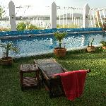 Piscine et chaises longues face au fleuve Niger