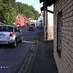 Viel Straßenverkehr und kleine Bürgersteige