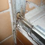 mosissures et  debut de champignons dans le bac a douche