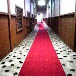 お香が薫る長い廊下。古めかしいですがいい雰囲気です