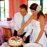 En el comedor, con el pastel preparado por elllos