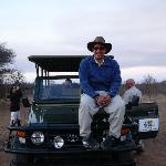 En el jeap con el que haciamos los safaris (con el gorro de Rocco). De noche mejor no bajarse