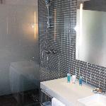 Baño y ducha con paredes de cristal