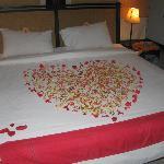 Le lit à l'arrivée, avec de vraies fleurs