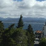 Vista desde el cuarto hacia el lago y montana.