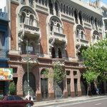 The exterior of El Edificio de los Pavos Realos
