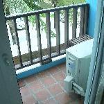 Balkon mit AC Einheit (Lärm, Abwärme & Kondenswasser)