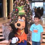 Photo with Goofy at the lobby