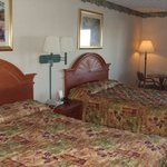 2 queen beds with table and chairs
