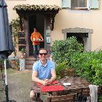 Eingang zum Frog House mit Benoit im Hintergrund ein Tablett mit hausgemachter Marmelade tragend