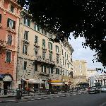 A sinistra la casa e a destra il Colonnato di S. Pietro