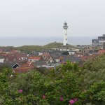 Blick auf den Ort Egmond, den Leuchtturm und die Düne