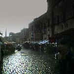 sotto la pioggia, con il mercato