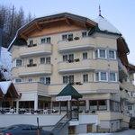 Das Hotel liegt im Tal an der Strasse nach Ischgl