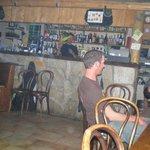 la barman qui jongle avec sa bouteille