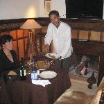 Diner dans un salon privé au coin du feu
