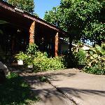 Jardines y entrada al comedor