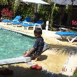 Mi hijo en la piscina del hotel