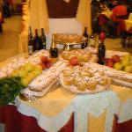 Il buffet serale: lo strudel e le mele cotte