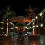 vista de noche de Hacienda Suites