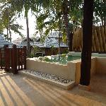 La terrasse avec la piscine