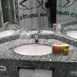 Espejos y neceser en el cuarto de baño