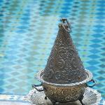 Encensoir devant la piscine