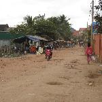 It´s a five minutes walk along a dark dirtroad to the centre of Siem Reap.