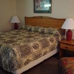 Hawthorn Inn Albuquerque Airport - short sheeted bed, ill fitting bedspread