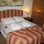 lit  confortable, deux placards/penderie, peignoirs
