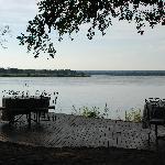 la zono de comidas frente al rio