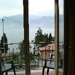 Blick über den Balkon auf den See