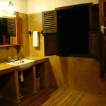 Kijani House, bath