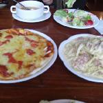 メイン(カルボナーラとモッツァレラのピザ)