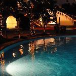 夜は屋外プールのライトアップ