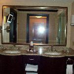 Ameristar room 2504 - double sinks