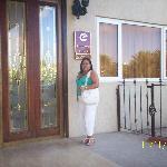 Yo en la entrada del Hotel Clarion