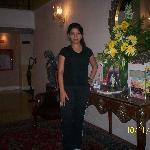 Mariana en el lobby del hotel