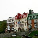 外観(真ん中がホテル、右が米国領事館)