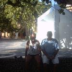sentado en la plaza con gregorio