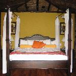 4-poster bed