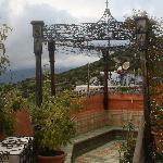 terraza con vistas al pueblo y montaña