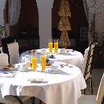 El desayuno ya preparado en la terraza