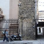 Archivio Storico Comunale - il vialetto su Via Maqueda affianco alla Chiesa di San Nicolò da Tol